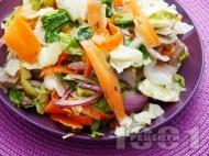 Рецепта Градинарска салата от айсберг, моркови, чушки и мариновани гъби